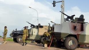 Militares apostados cerca del Palacio presidencial de Ugadugú ( imagen de ilustración)