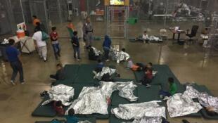 被美國邊境執法官員關進籠子里的非法移民兒童