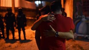 Des témoins de la fusillade encore sous le choc, vendredi 19 avril à Minatitlan, au Mexique.