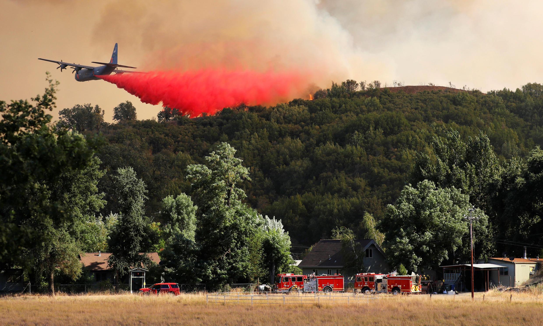 Combate ao incêndio de Mendocino, perto de Lakeport, Califórnia, EUA, a 2 de Agosto de 2018.