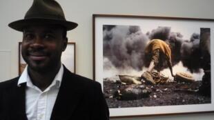 """Le photographe burkinabè Nyaba Léon Ouedraogo lors de l'exposition de ses séries """"L'Enfer du cuivre"""" et """"Casseurs de granit"""" à La Galerie Particulière à Paris."""