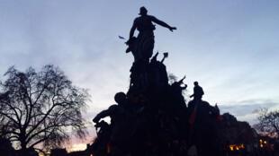 La place de la Nation, à la tombée de la nuit, le 11 janvier 2015, lors de la marche républicaine.