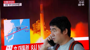 A Séoul le 15 septembre 2017, devant la télévision annonçant le nouveau tir de missile de la Corée du Nord au-dessus du Japon.