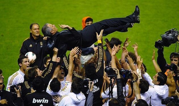 Kocha wa Real Madrid Jose Mourinho akiinuliwa juu na wachezaji wake baada ya kufanikiwa kutwaa Ubingwa wa La Liga