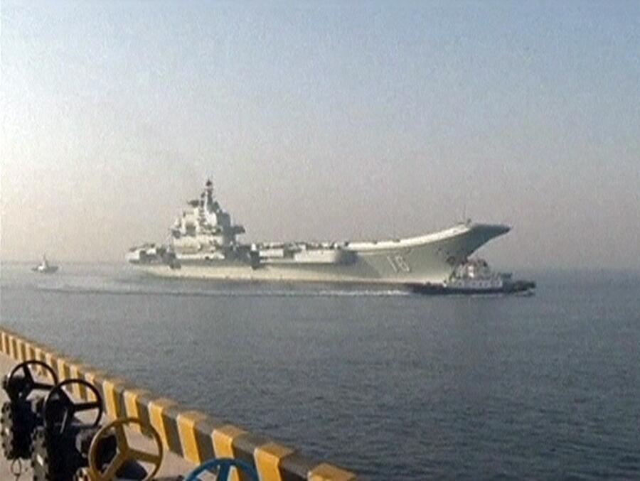 Hàng không mẫu hạm Trung Quốc Liêu Ninh tiến về cảng Thanh Đảo sau đợt tập huấn ở Biển Đông, ảnh chụp ngày 01/01/2014.