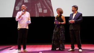 """O diretor Mateus de Paula Santos recebe o Cristal de melhor filme produzido para a TV, """"Leica - Everything in Black and White"""" durante a cerimônia de premiação do 42° Festival de Animação de Annecy, no sudeste da França, em 17 de junho de 2018."""