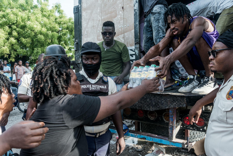 Distribution de vivres aux Cayes le 20 août 2021.