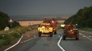 Un convoi de séparatistes pro-Russes sur la route près de la ville ukrainienne de Donetsk, le 5 juillet 2014.