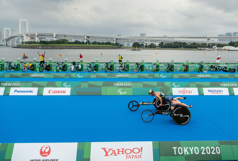 L'Australienne Lauren Parker (en haut) et l'Américaine Kendall Gretsch courent jusqu'à la ligne d'arrivée du triathlon féminin PTWC.