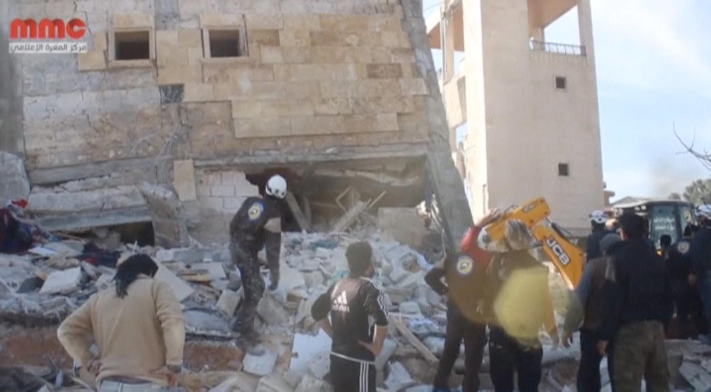 Спасатели разбирают обломки разрушенной больницы в Маарет-эн-Нууман.