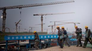 Công nhân trên công trường xây dựng cảng hàng không mới ở phía nam Bắc Kinh, Trung Quốc, ngày 22/03/2017.
