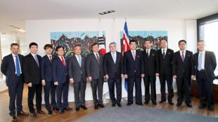 Chủ tịch Ủy ban Olimpic Quốc Tế (CIO) Thomas Bach (giữa) tiếp hai đoàn lãnh đạo thể thao Bắc Triều Tiên và Hàn Quốc tại Lausanne, Thụy Sĩ 15/02/2019/