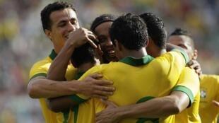 Jogadores brasileiros comemoram gol contra a Bolívia no amistoso de sábado, 6 de abril de 2013, em Santa Cruz.