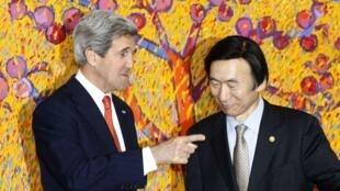 Le secrétaire d'Etat américain John Kerry reçu par le ministre des Affaires étrangères sud-coréen, Yun Byung-se, ce vendredi 12 avril 2013.