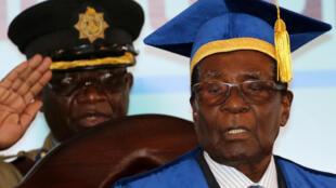 Robert Mugabe em sua primeira aparição pública após golpe militar, durante cerimônia de entrega de diplomas na capital do Zimbábue.