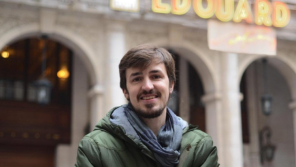 Iker vive en París con Aída.