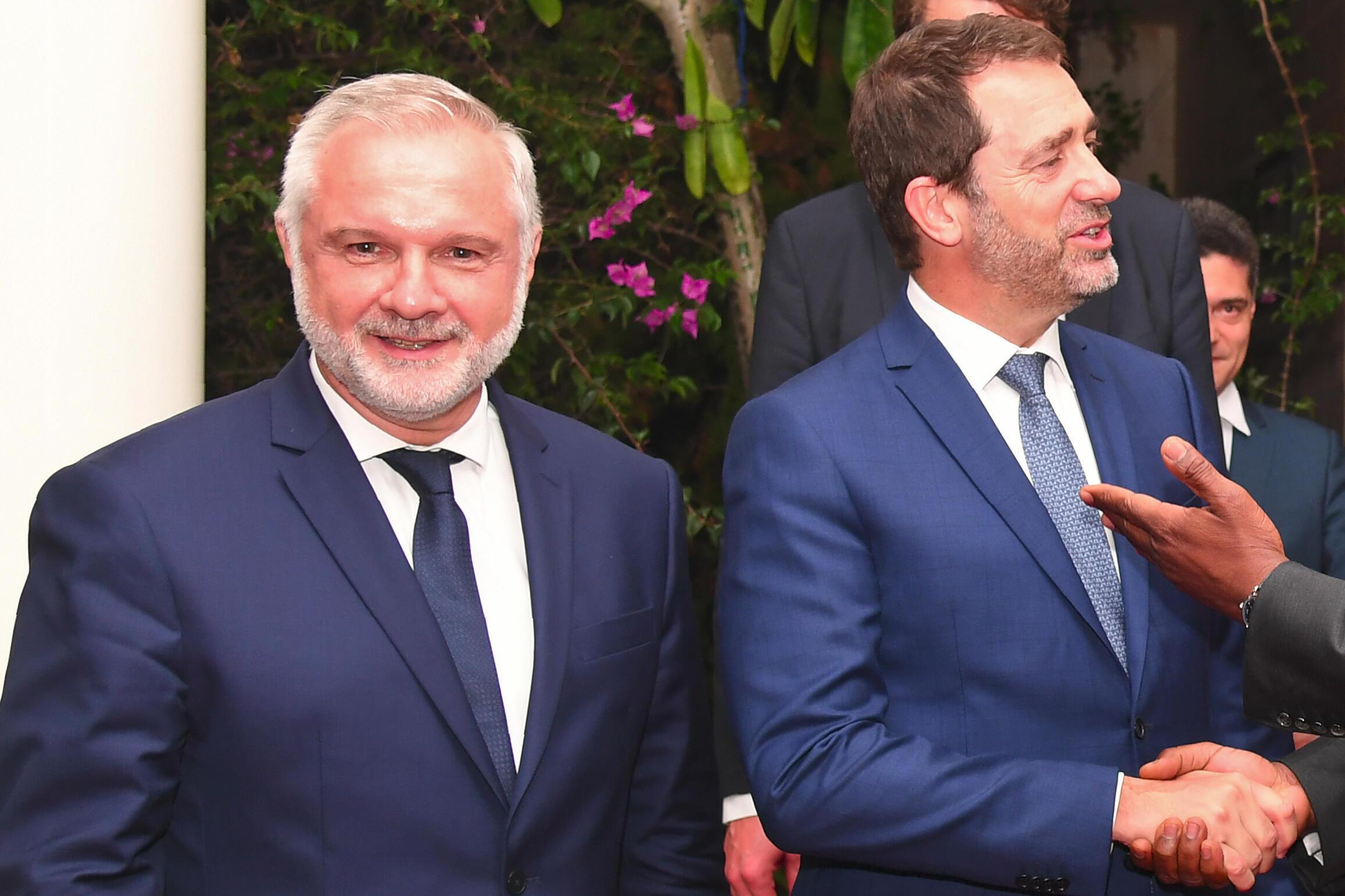 Le 20 mai 2019, l'ancien 'ambassadeur de France à Abidjan Gilles Huberson (à gauche) se tient aux côtés de Christophe Castaner après leur rencontre avec le président ivoirien à sa résidence à Abidjan.