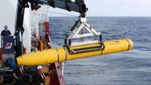 Tripulação do navio de defesa australiano Ocean Shield posiciona equipamento de busca americano do Oceano Índico em foto de 29 de maio de 2014.