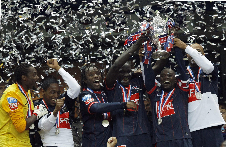 Wachezaji wa Paris Saint-Germainwakifurahia kutwaa kombe la klabu bingwa nchini Ufaransa (Coupe de France) baada ya kuifunga Monaco bao 1-0 mwaka 2010..