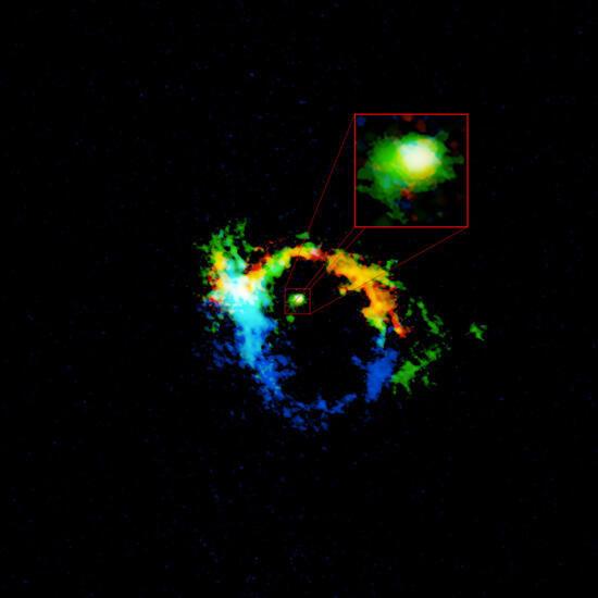 Imagen de la zona central de la galaxia NGC 1068 generada por ALMA. El toroide de material que oculta el agujero negro supermasivo está destacado en el recuadro.