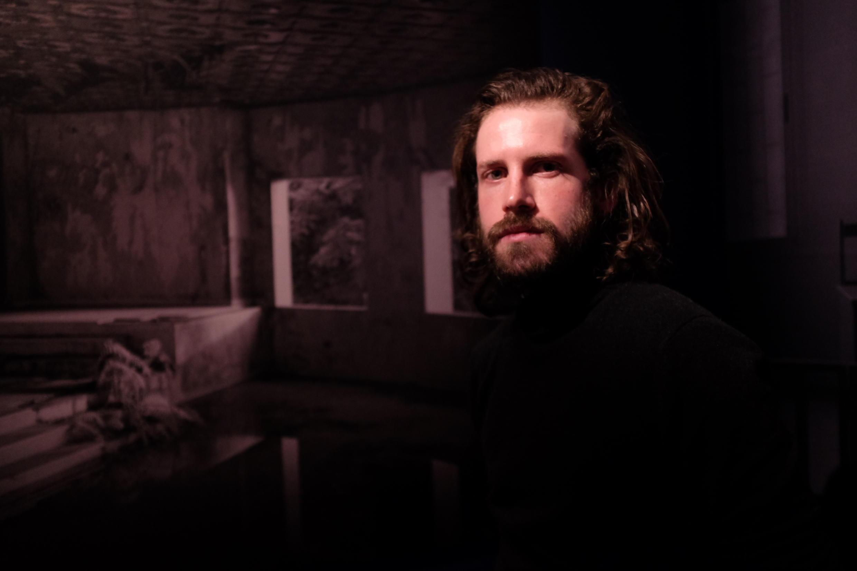 Le photographe documentaire Elliott Verdier dans l'exposition « Reaching for Dawn » au festival Circulation(s) au Centquatre.  © Siegfried Forster / RFI