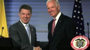 Joe Biden (d) reafirmou o apoio dos Estados Unidos ao presidente reeleito da Colômbia, Juan Manuel Santos.