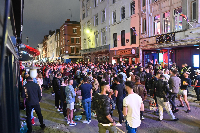 Bairro de Soho, em Londres, é palco de grandes aglomerações de jovens, desde o relaxamento das medidas de quarentena no Reino Unido. Foto de 4 de julho de 2020.