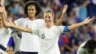 Amandine Henry et Wendie Renard célèbrent leur victoire contre le Brésil, et leur qualification pour les quarts de finale de la Coupe du monde féminine de football, au stade Océane au Havre, le 23 juin 2019.