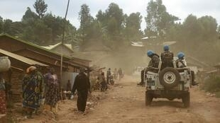 Des casques bleus de la Monusco patrouillent les rues du territoire de Djugu, dans la province d'Ituri, au centre de violences intercommunautaires, le 13 mars 2020.