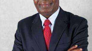 """Marcolino Moco propõe soluções para o país no livro """"Angola: a terceira alternativa"""" apresentado esta terça-feira em Luanda"""