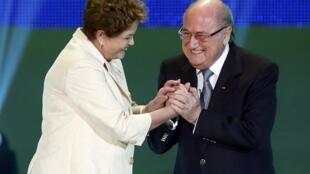 A presidente brasileira, Dilma Rousseff, e o presidente da Fifa, Joseph Blatter, durante cerimônia do sorteio de jogos da Copa do Mundo 2014, em Costa do Sauípe, no Brasil.