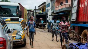 Au marché de Madina à Conakry, rares sont ceux qui portent encore le masque.
