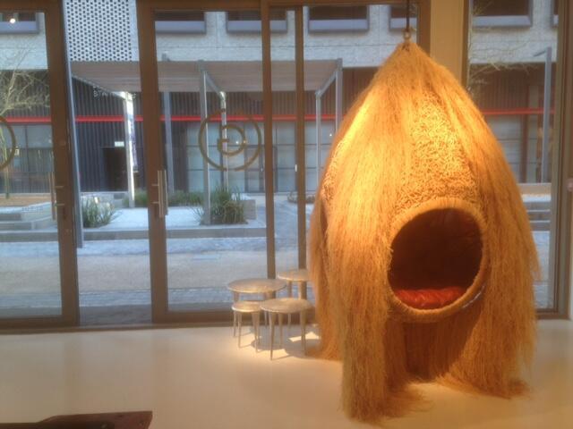 Le nid «African Mask» de Porky Hefer dans le magasin The Guild du Cap, en Afrique du Sud.