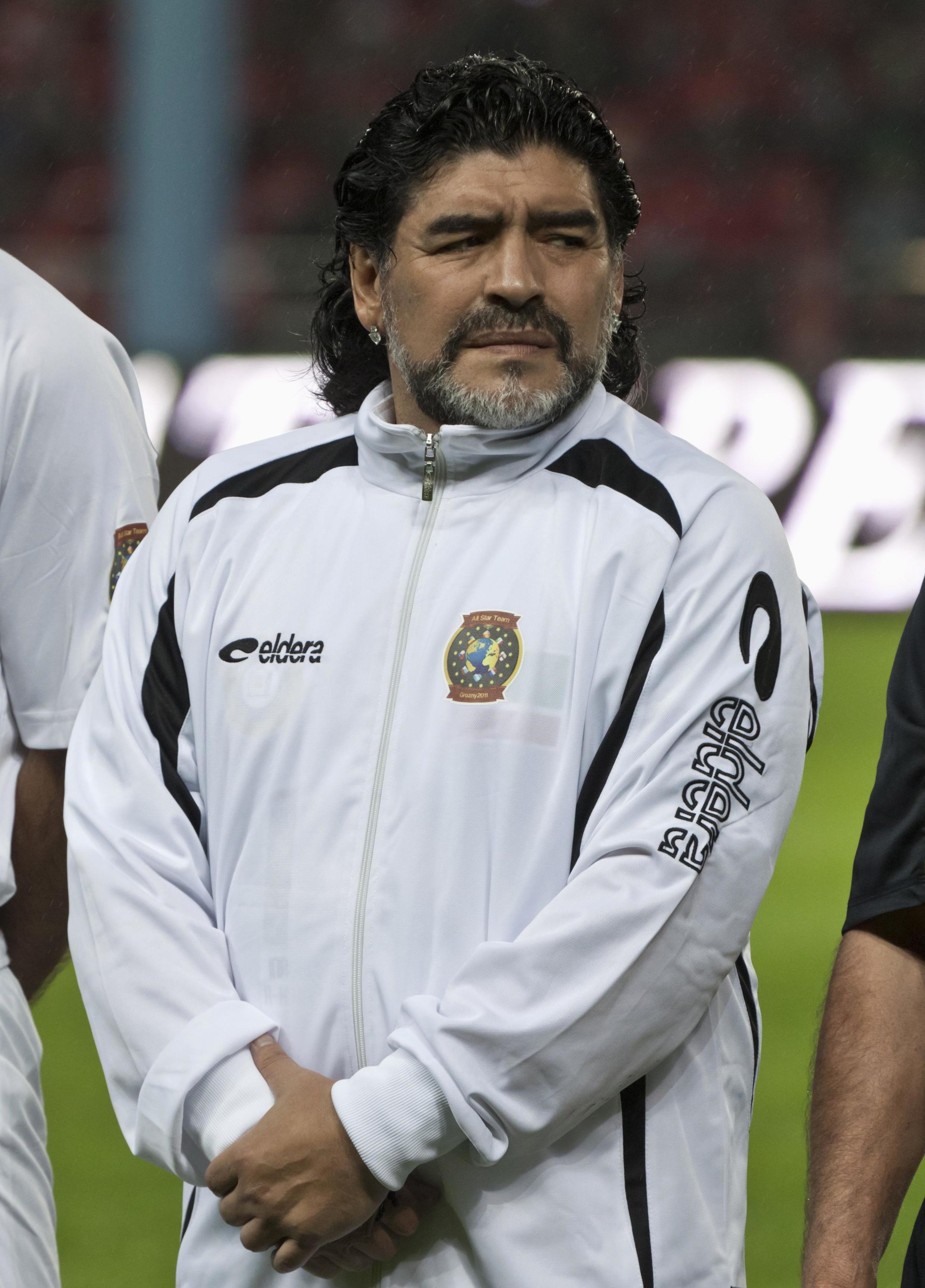 Diego Armando Maradona durante una exhibición por la inauguración del estadio Akhmad-Hajji Kadyrov en Grozny, Chechenia, el 11 de mayo de 2011.