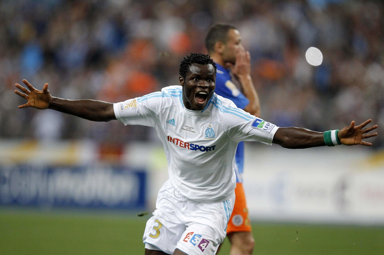 Taye Taiwo célèbre son but donnant la victoire à Marseille en finale de Coupe de la Ligue contre Montpellier, le samedi 23 avril 2011.