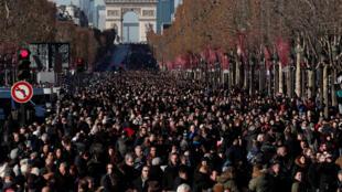 Milhares de pessoas nos Campos Elíseos para o adeus ao cantor Johnny Hallyday morto na quarta-feira