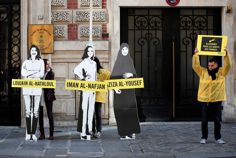 Manifestantes da Anistia Internacional fazem protesto no Dia Internacional da Mulher para insentivar as autoridades sauditas a libertarem Loujain al-Hathloul, Eman al-Nafjan e Aziza al-Yousef do lado de fora da Embaixada da Arábia Saudita em Paris, França.