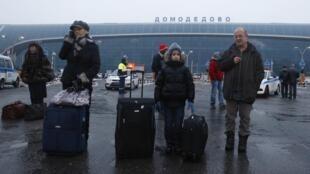 Phi trường quốc tế Domodedovo, nhiều hành khách hành khách buộc phải bay sang các nước láng giềng, chứ không còn bay trực tiếp sang Ukraina - REUTERS /Mikhail Voskresensky