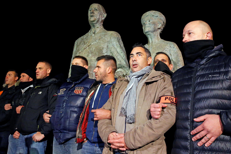 Акция полицейских в Кале у памятнику Шарлю де Голлю с супругой 21/10/2016