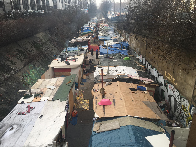 Le bidonville tout en longueur de la Porte des Poissonniers, à Paris, le 31 janvier 2017.