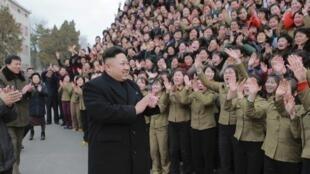 O líder norte-coreano Kim Jong-un durante visita à fábrica em foto do dia 20 de dezembro de 2014.