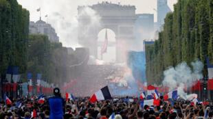 Dubban mutane a Champs-Elysees da ke birnin Paris, yayin bukukuwan murnar samun nasarar lashe gasar cin kofin duniya ta 2018, da Faransa ta yi.