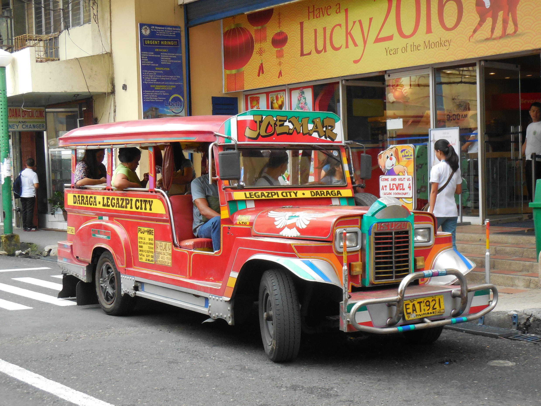 Une Jeepney attendant des passagers à Legazpi City.