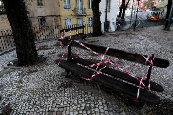 Banc public condamné dans le quartier de l'Alfama à Lisbonne: en raison de la pandémie de coronavirus, le Portugal est en état d'urgence sanitaire.