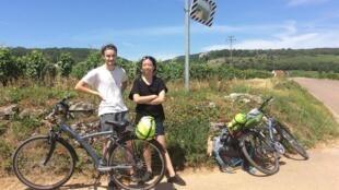 Hai du khách xe đạp khám phá ruộng nho vùng Bourgogne trên Con đường Rượu vang