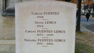 La tumba de Carlos Fuentes en el cementerio de Montparnasse en París.