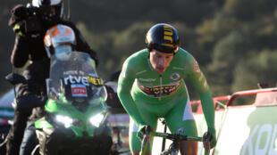 Primoz Roglic pedalea contra el reloj durante la etapa 13 de la Vuelta a España, el 3 de noviembre de 2020 en la localidad gallega de Dumbría, al noroeste del país