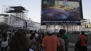Palco está sendo montado em Copacabana (Rio de Janeiro) para receber o papa Francisco.