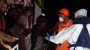Quelques migrants, aidés par des secouristes espagnols, ont été autorisés à débarquer à Lampedusa lundi 19 août au soir.