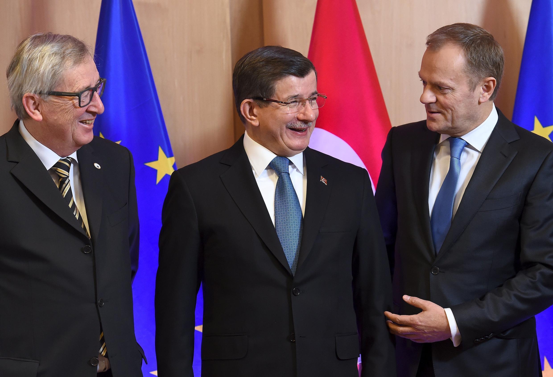 Chủ tịch Ủy Ban Châu Âu Jean-Claude Juncker (trái) và chủ tịch Hội Đồng Châu Âu Donald Tusk đón Thủ tướng Thổ Nhĩ Kỳ  Ahmet Davutoglu (giữa) tại Bruxelles ngày 07/03/2016.